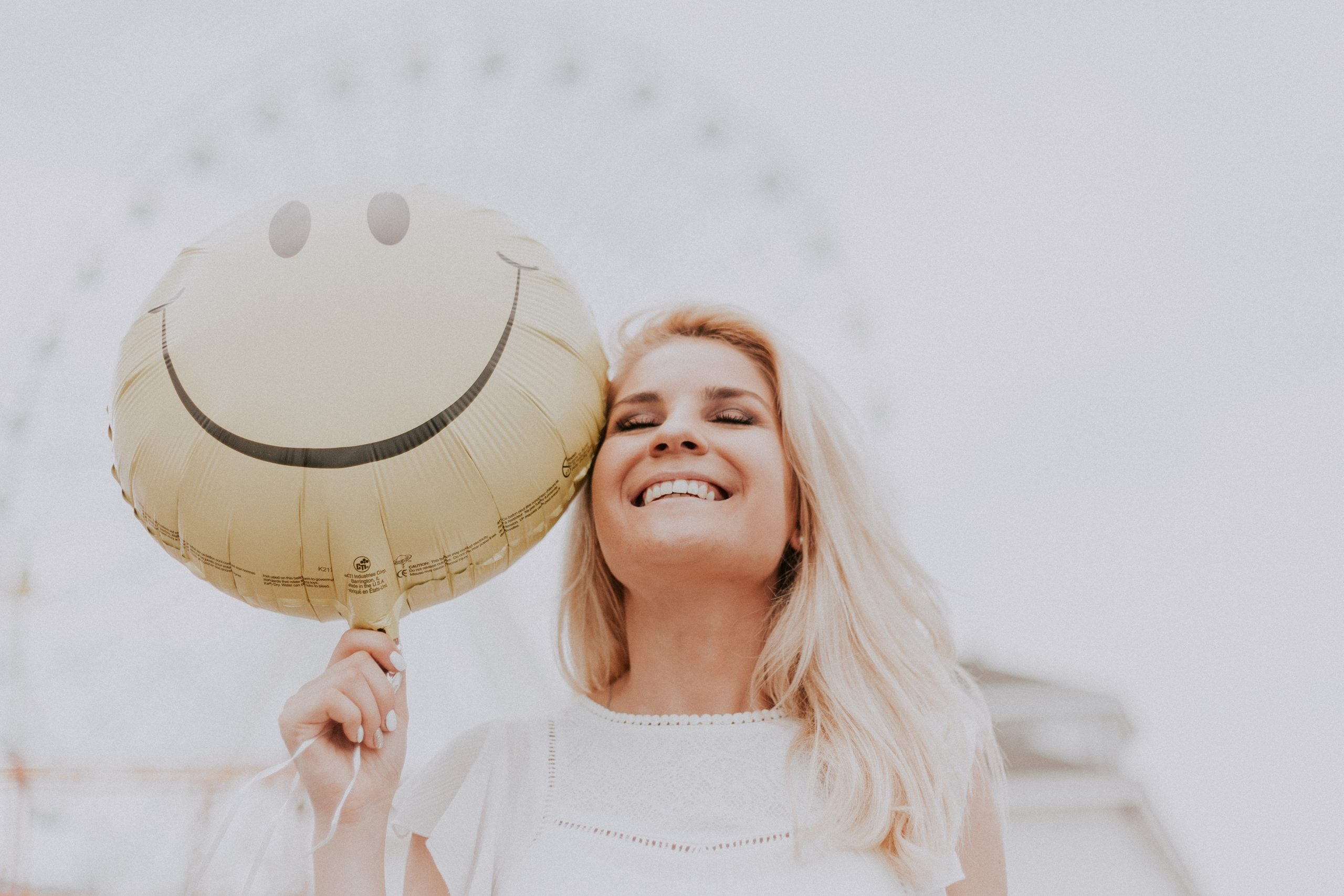 Chica sonriente globo